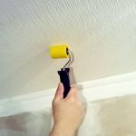 Как наклеить обои на потолок: выбор клея, нюансы и советы