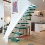 Стеклянная лестница в интерьере: плюсы и минусы, уход